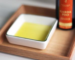 小皿に入ったオリーブオイル