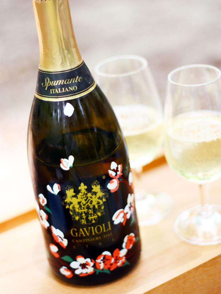 美しいエチケットが印象的なスプマンテのボトルとワイングラス