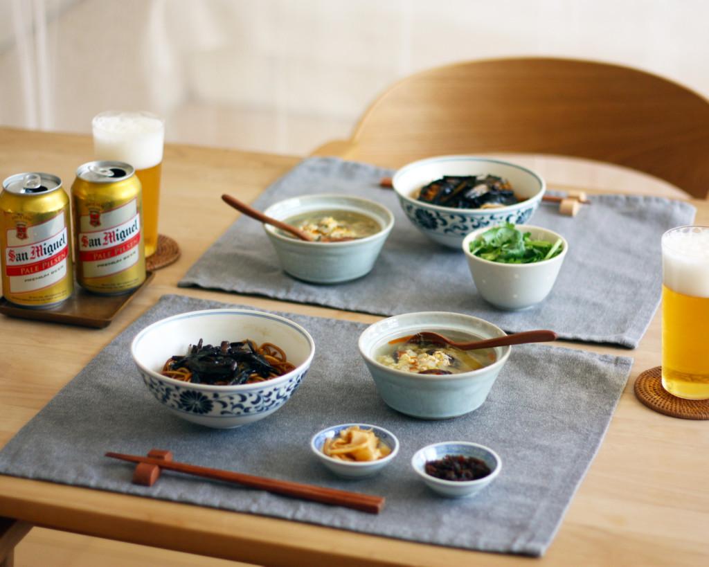 上海の麺「葱油拌麺」のランチを楽しむ食卓風景