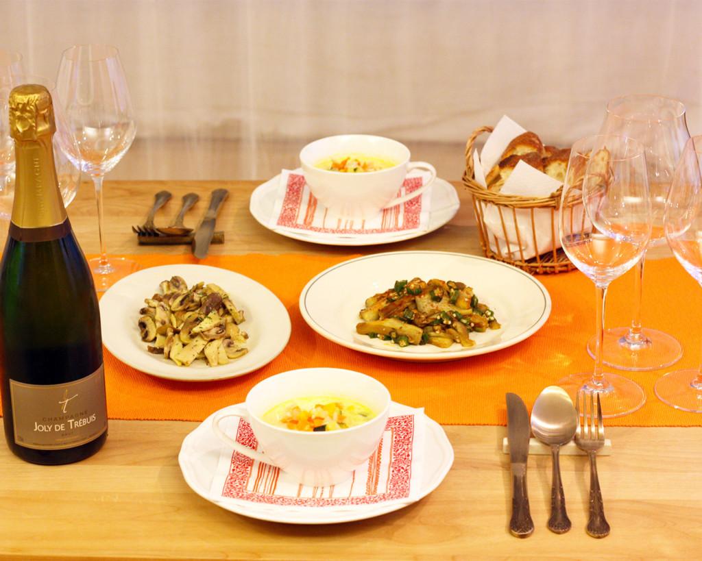 テーブルに並んだ二人分のおいしそうな料理とワイン