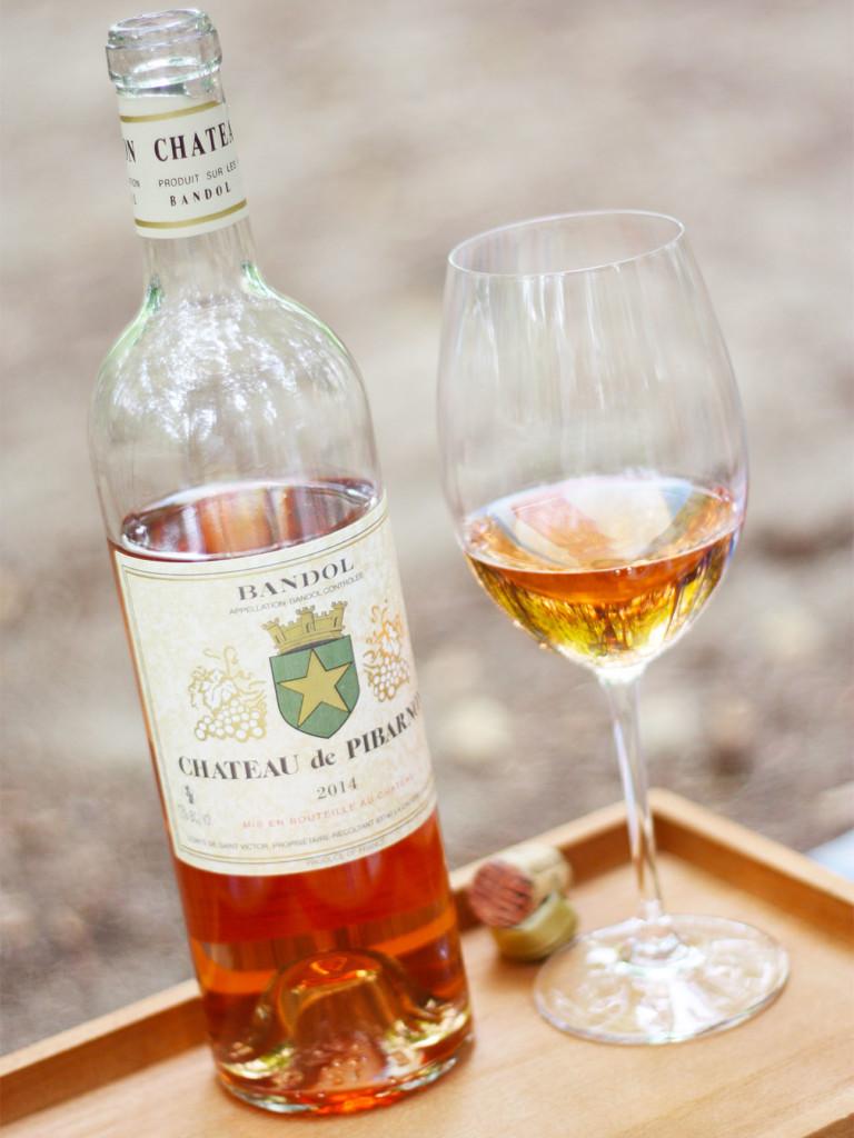 プロヴァンスのロゼワインのボトルとワイングラス