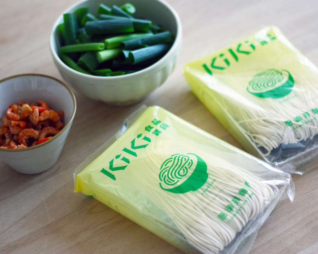 「KiKi食品雑貨」のインスタントヌードルと干しエビ、青ねぎ