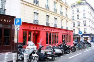 パリの街角にあるカフェレストランの外観