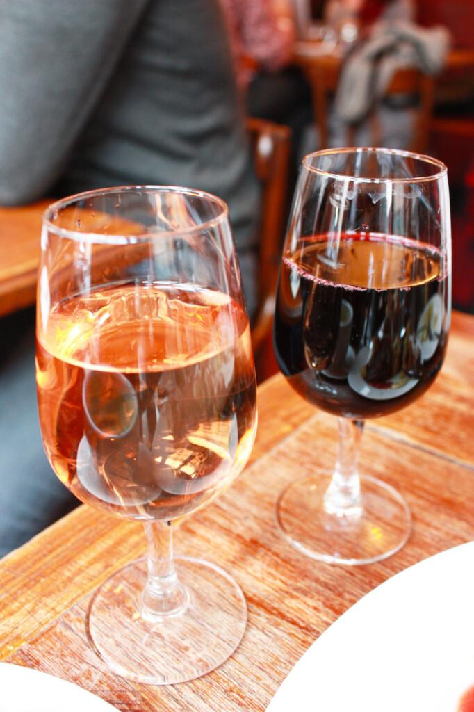 パリのビストロのグラスワイン