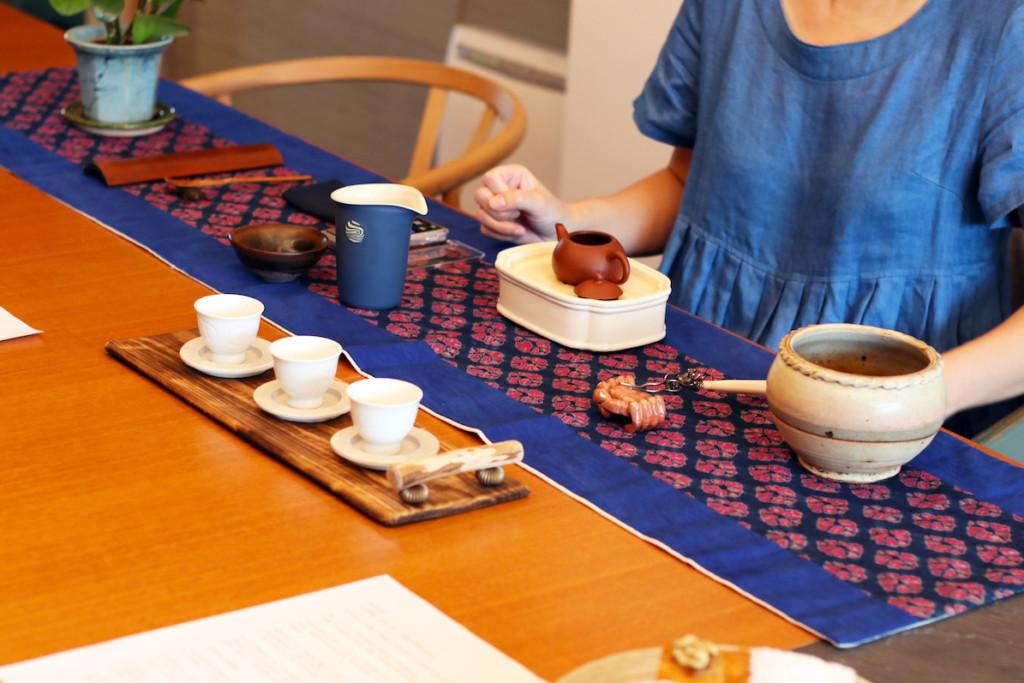 茶芸師が台湾茶サロンでお茶を淹れている様子