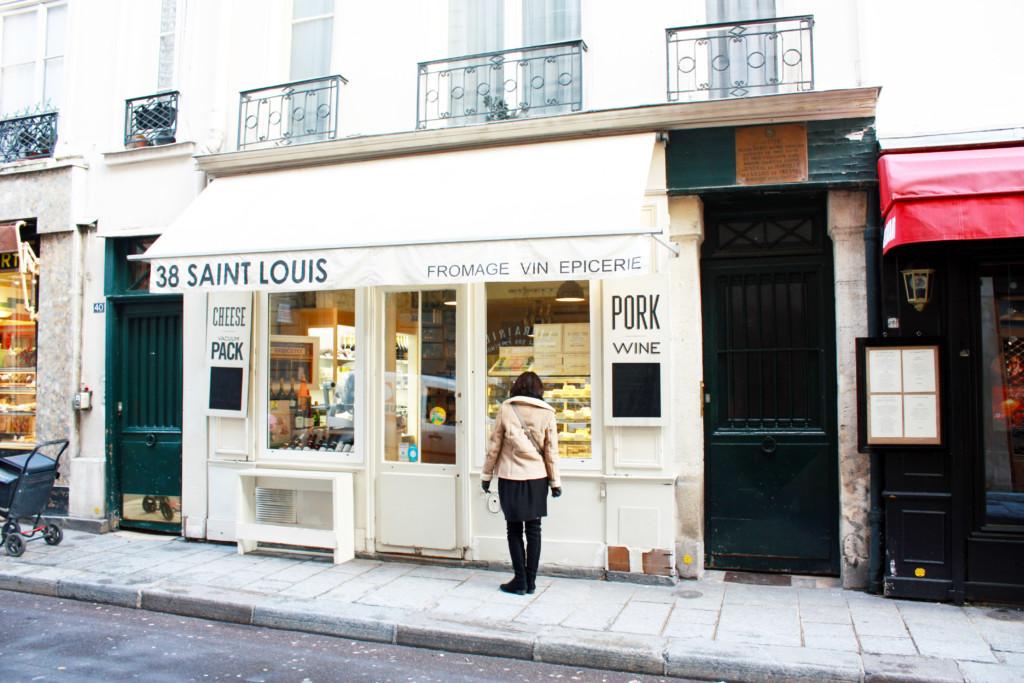 パリの街角でウィンドウショッピングを楽しむ女性