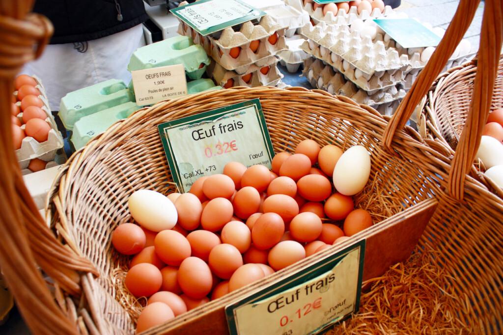 パリのマルシェに並んだ卵のかご