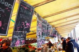 パリのマルシェに並ぶ値札