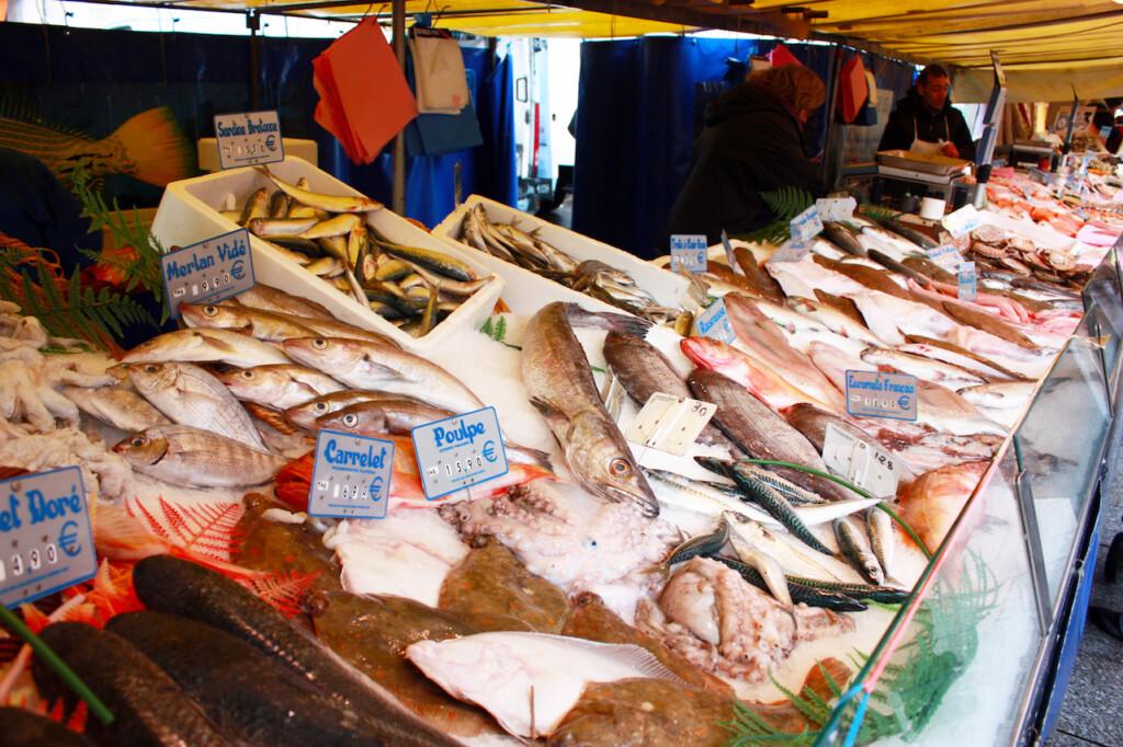 パリのマルシェに並ぶ新鮮な魚介