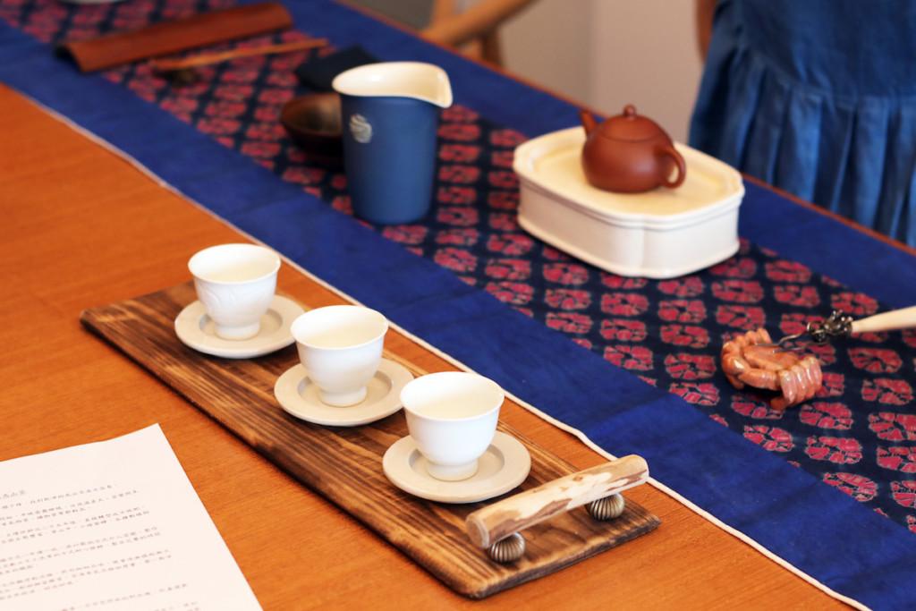 木のお盆に並んだ台湾茶の茶器