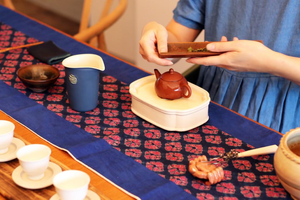 茶芸師が台湾茶の茶葉を用意している様子