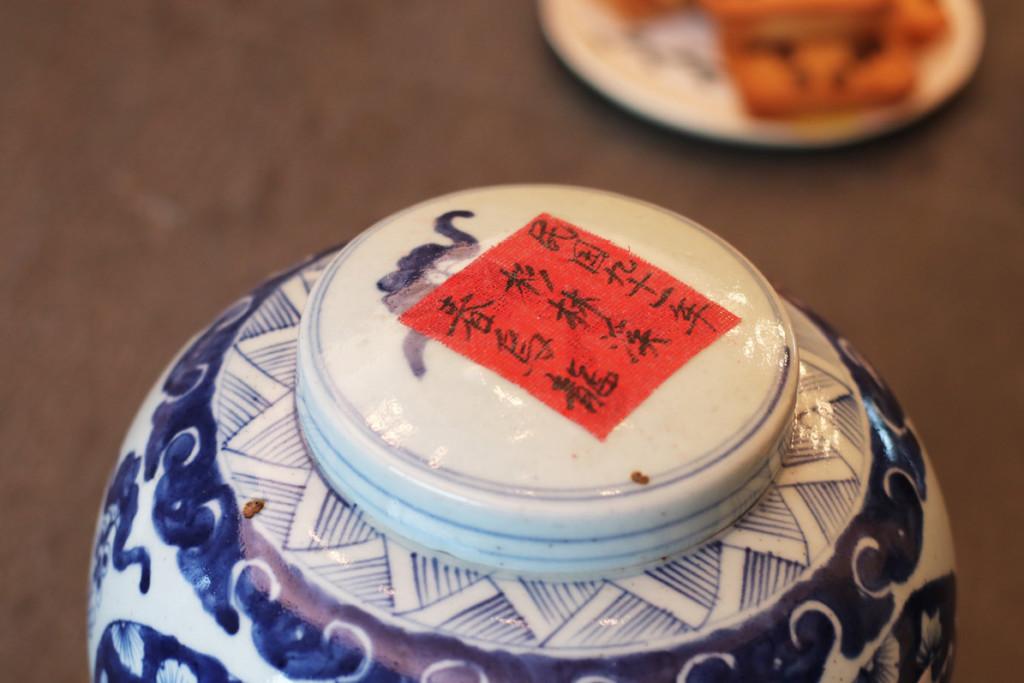 熟成された台湾茶の茶葉が入っている壺