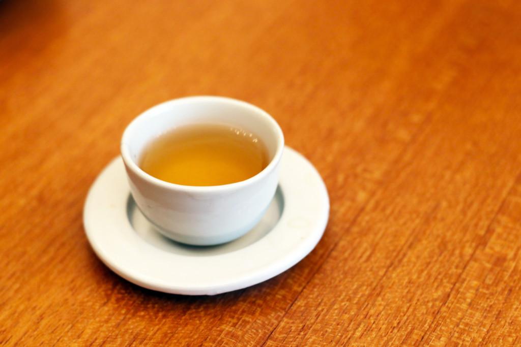 テーブルの上にのった白い茶器入りの台湾茶