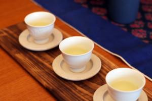 木のお盆に並んだ三つの茶杯