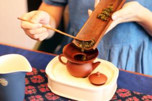 茶芸師が茶葉を急須に入れている様子
