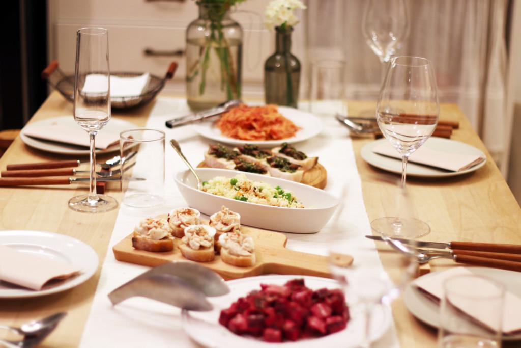 テーブルに並ぶフランス家庭料理のお皿