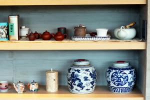 茶器や茶壷がセンスよく並べられた棚