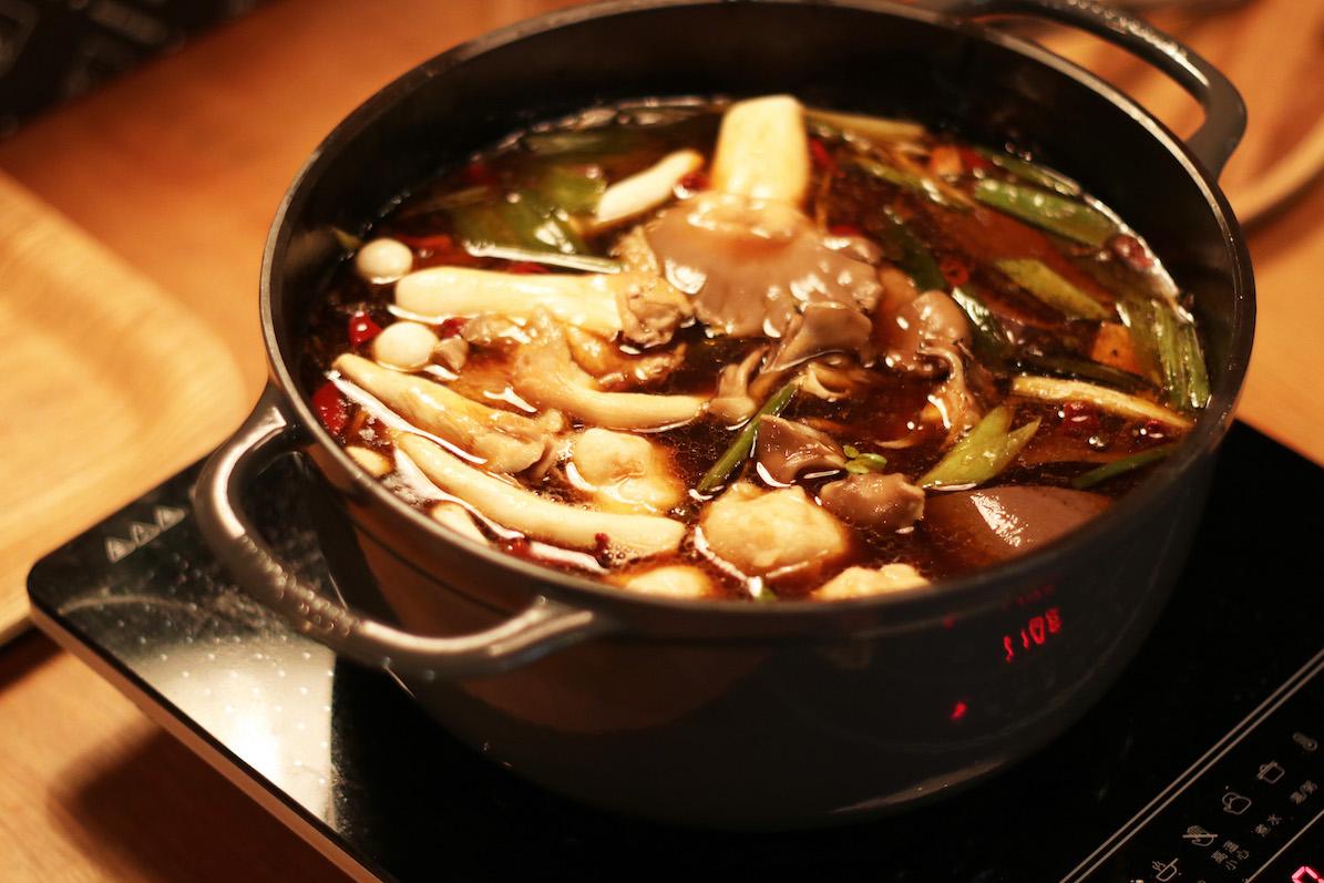 きのこがたっぷり入った台湾の麻辣火鍋