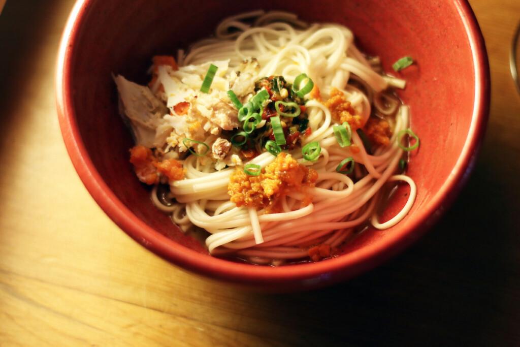 蟹の肉と味噌、内子が入ったまぜ麺