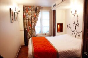 パリにある小さなホテルの客室