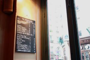 カフェの壁にかけられたワインリスト