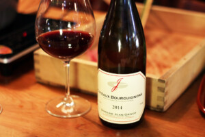 ブルゴーニュの赤ワインボトルとワイングラス