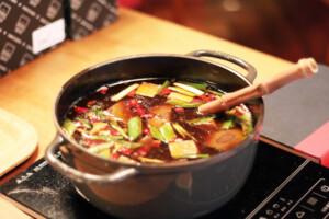 具材が入った台湾の麻辣火鍋