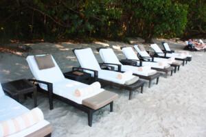 ランカウイのリゾートホテル、ザ・ダタイのビーチにあるサマーベッド