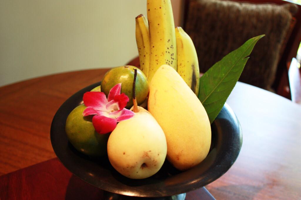 ランカウイのリゾートホテル、ザ・ダタイのテーブルに置かれたウエルカムフルーツ