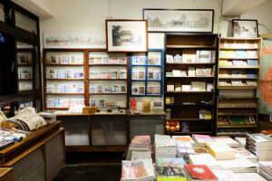 中国語の本が並ぶ書店の一角