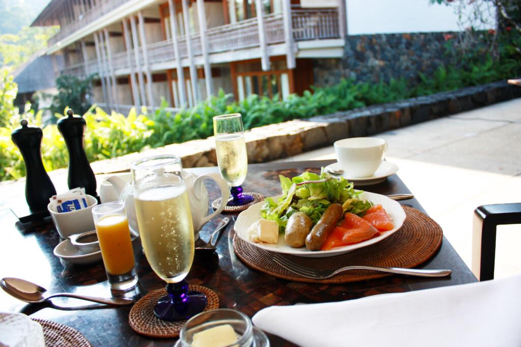 ランカウイのリゾートホテル、ザ・ダタイのレストランでの朝食とワイン
