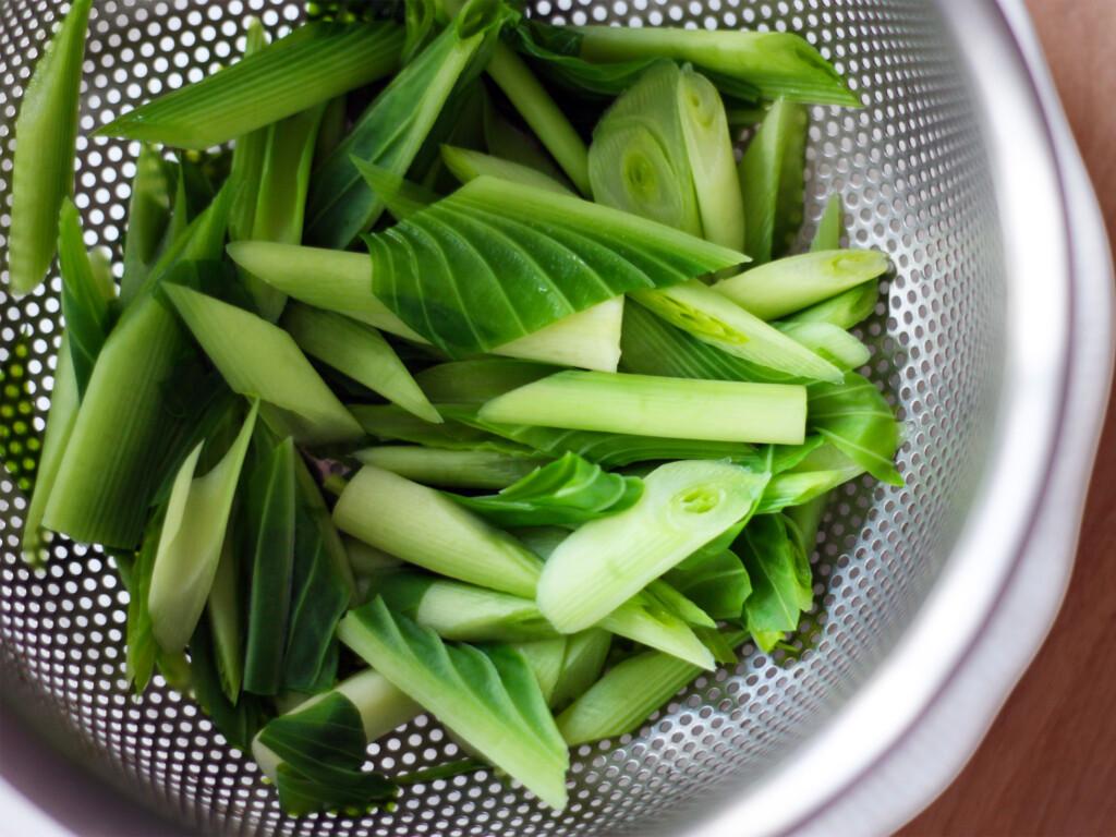 ザルに入れられた山菜のうるい