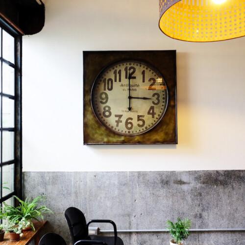 壁に掛けられた古い時計