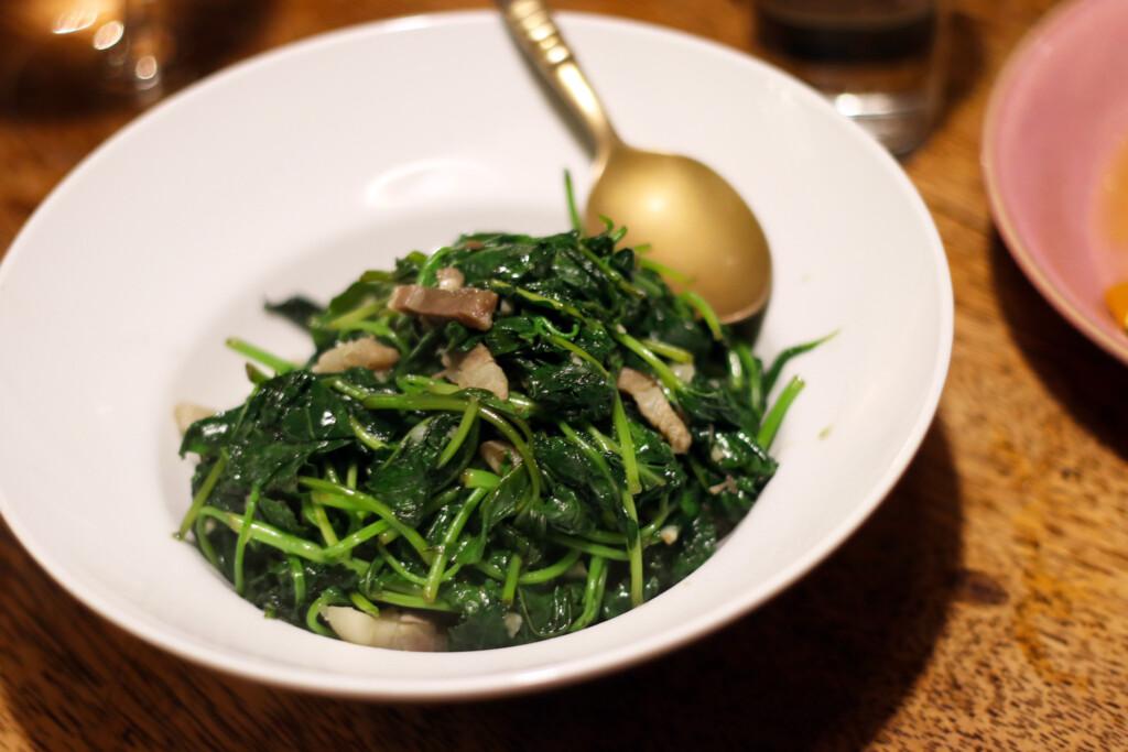 地瓜葉(さつまいもの葉)を細切れの蒸し豚とソテーした台湾料理