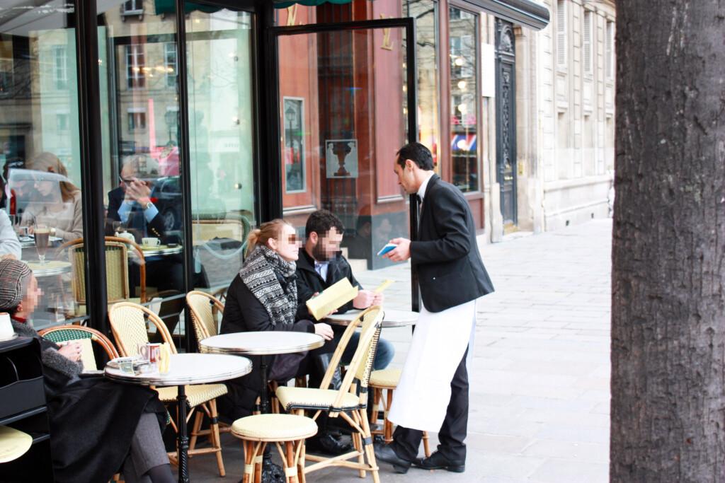 パリのカフェテラスの風景