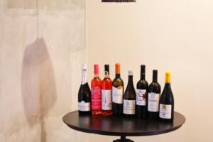 多彩な種類のワインボトルが並ぶテーブル