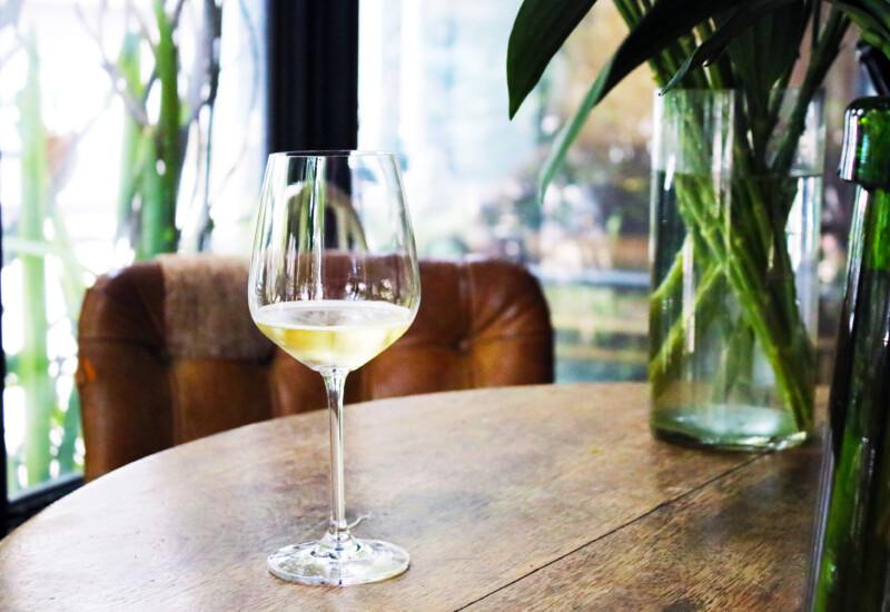 テーブルに置かれたワイングラス