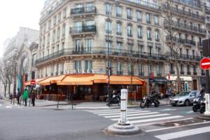 パリの街角にあるカフェ