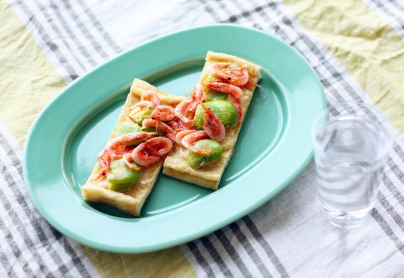 お皿に盛りつけられたそら豆と桜海老の油揚げのせ