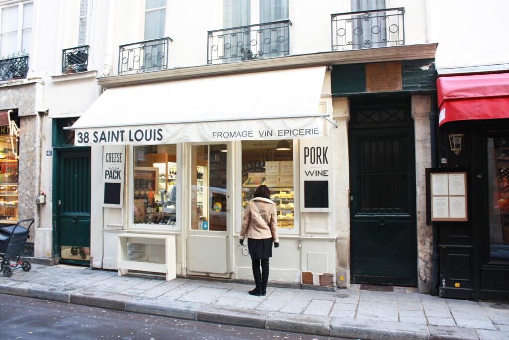 パリの街角でウインドウショッピング