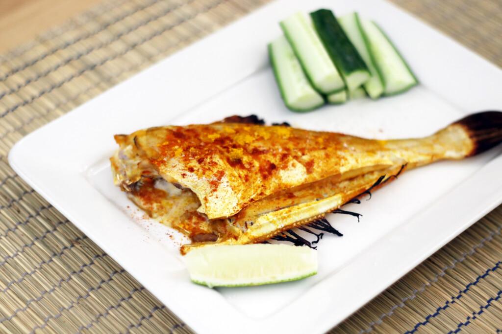 インドネシア料理のイカンバカール(焼き魚)
