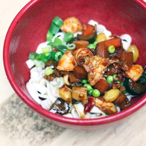 器に盛りつけられた台湾の炸醤麺
