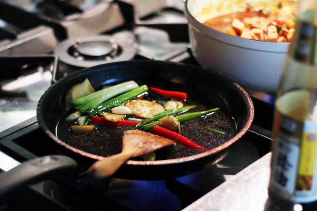 台湾風排骨煮込みのタレをつくっているようす