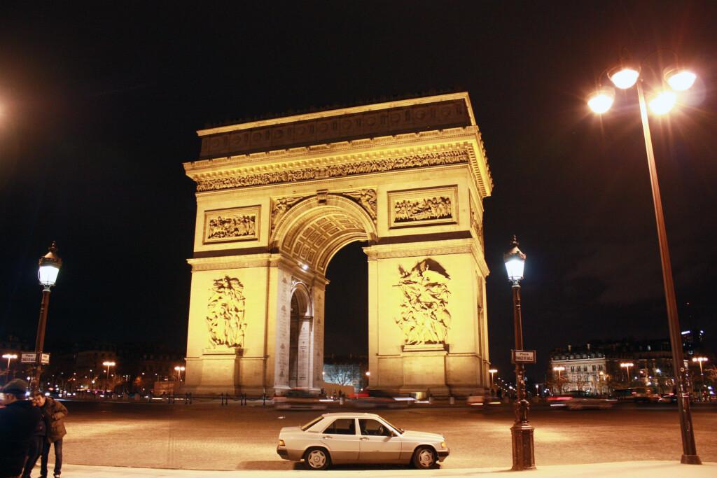 夜に訪れたパリの凱旋門