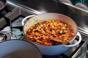 鍋で台湾の炸醤麺の具材を調理しているようす