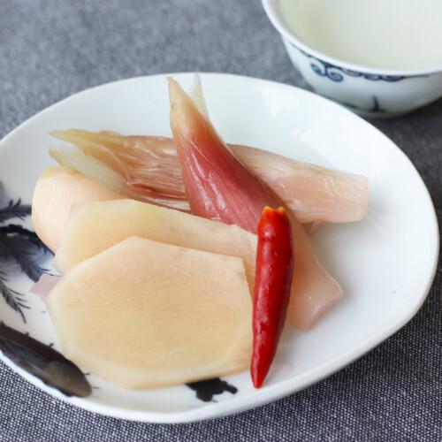 お皿に盛りつけられた新生姜とミョウガのピクルス