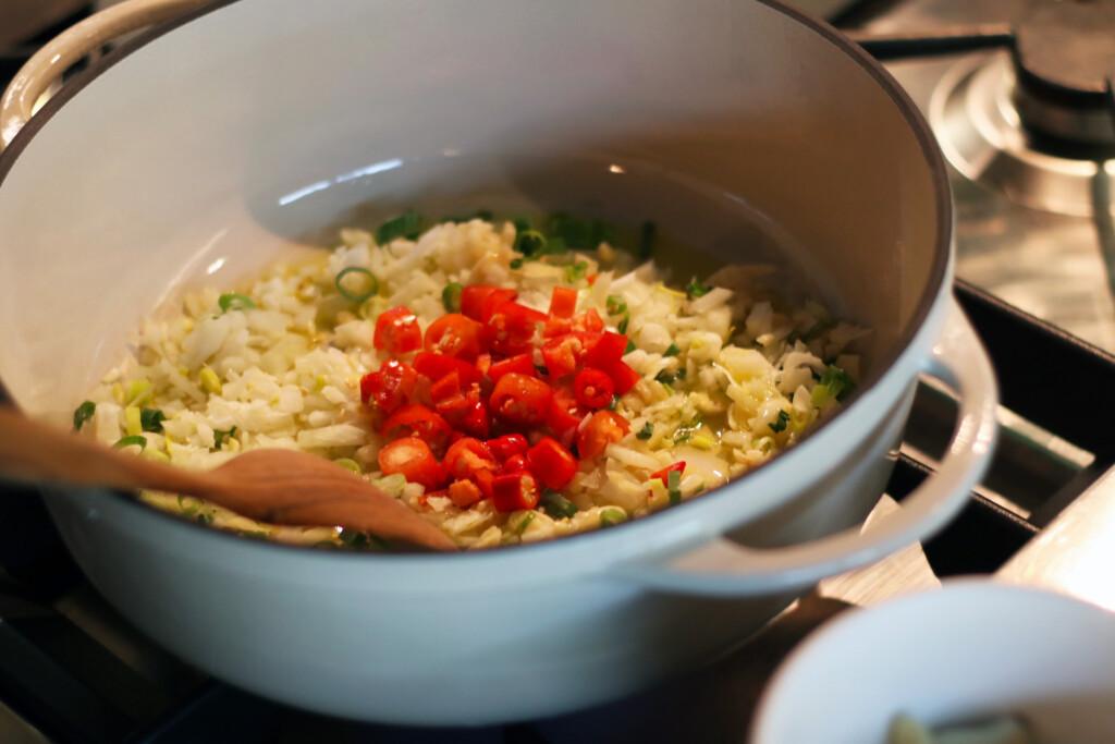 鍋でにんにくや唐辛子を炒めているようす