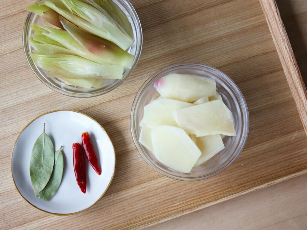 器やお皿に入っている新生姜、ミョウガ、ピクルスの食材