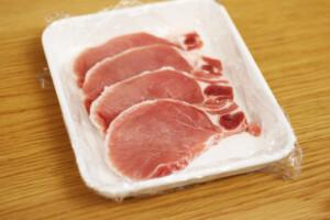 お皿にのった豚ロース肉