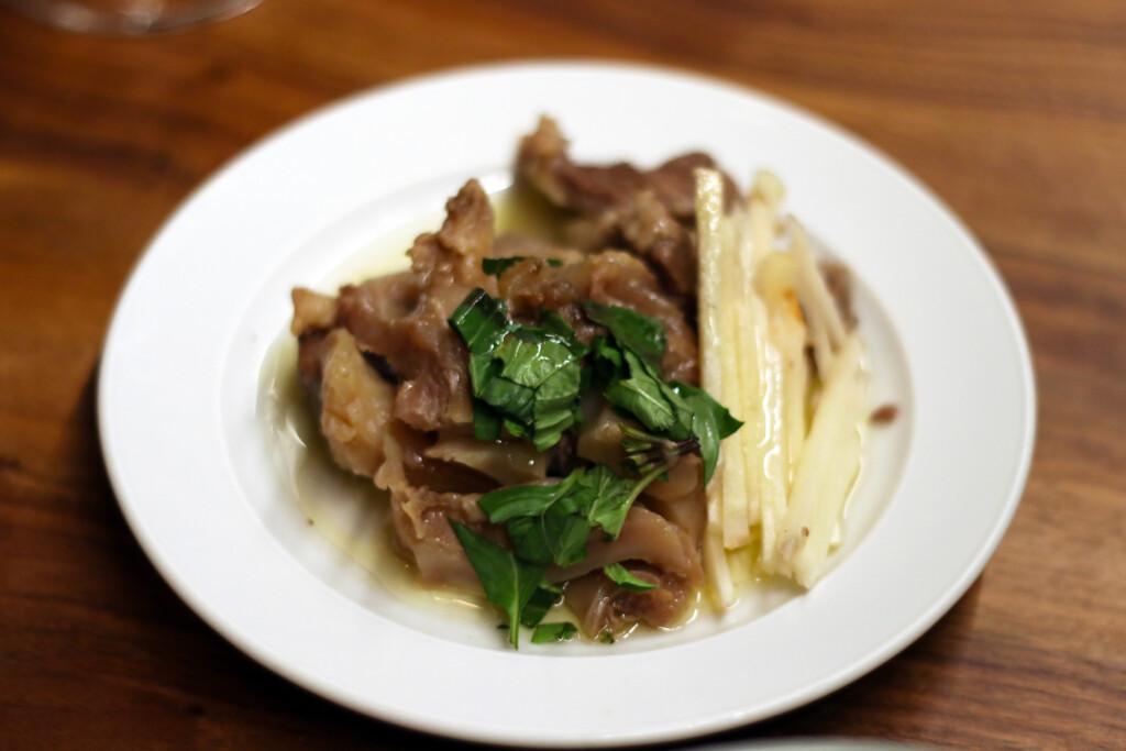 お皿に盛りつけられた牛肉の台湾風おつまみ